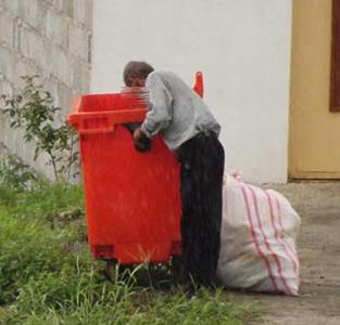 خمام - آنها که روزی خود را در بین زبالهها جستجو کرده و نان را به نرخ زباله میخورند