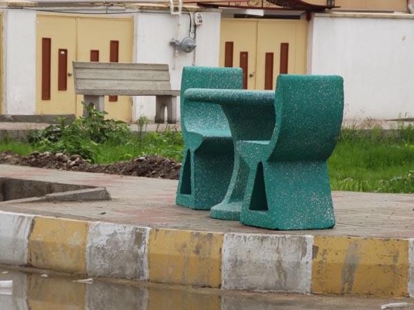 نصب میز و صندلی شطرنج و نیمکت بتنی در محوطهی فضای سبز شهرک مسکن مهر