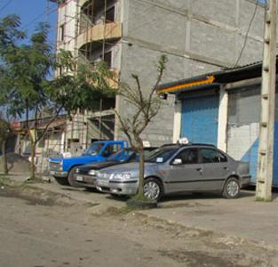 برخورد قانونی با نمایشگاههای اتومبیلی که خودروهای خود را در پیادهرو پارک میکنند
