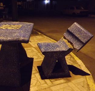 شکستن صندلی نصب شده در طرح تکمیل نشدهی فضای سبز مسکنمهر