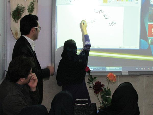 خمام - از وایتبرد هوشمند مدرسهی یاسنو با قابلیت نوشتن 4 کاربر همزمان رونمایی شد