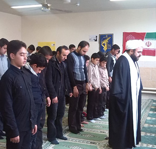 خمام - نماز جماعت مدرسهی امام حسین و استقلال به امامت امام جمعهی خمام برگزار شد