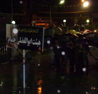 خمام - عزاداری شب عاشورای حسینی زیر باران شدید برگزار شد