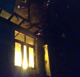 1 باب منزل مسکونی در روستای اشمنانطالم از دهستان کتهسر طعمهی حریق شد