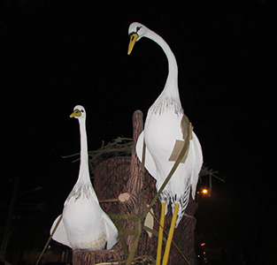 خمام - مجسمهی «مرغ ماهیخوار» بهصورت شبانه در میدان جدید خمام جانمایی شد