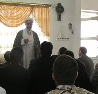 اقامهی نماز جماعت در منزل شهید باقری
