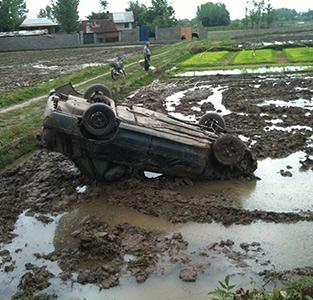 واژگونی خودروی پراید در مزرعه