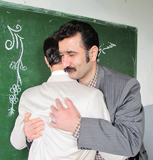 دیدار رئیس شورای شهر خمام با معلم دوران دبیرستان خود در مدرسهی زحمتکش
