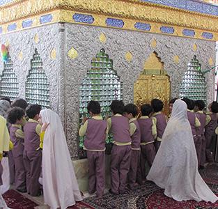 برپایی نماز جماعت در آستان امامزاده حسن (ع) توسط دانشآموزان پیشدبستانی