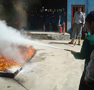 خمام - آموزش اطفاء حریق و نکات ایمنی در مدرسه سردار جنگل و خاتم برگزار شد