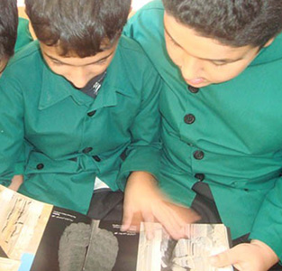 بازدید دانشآموزان از کتابخانه شهید بهشتی
