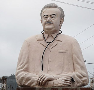 تندیس «دکتر امین چمساز» مجدداً بر سکوی تعیین شده جانمایی گردید