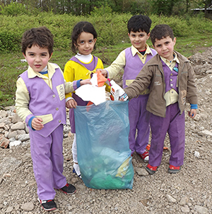 کودکان به پاکسازی زمین از زباله پرداختند
