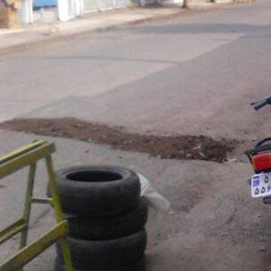 پر کردن چاله در خیابان بوعلی توسط اهالی