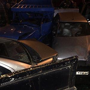 2 مجروح در تصادف خودروی سمند با 4 خودروی پارک شده در حاشیه جاده