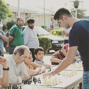 خمام - رقابت همزمان استادبزرگ امیررضا پوررمضانعلی با ۷۷ شطرنجباز