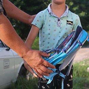 خمام - توزیع رایگان کیف مدرسه و لوازم التحریر بین بیشاز ۶۰ دانش آموز نیازمند خمامی