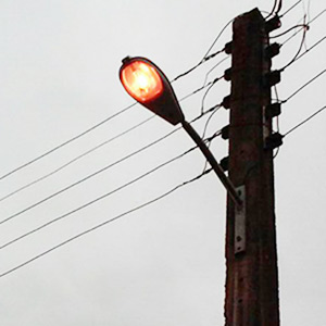 خمام - روشنایی تیرهای چراغ برق در روز ؛ خاموشی در شب!