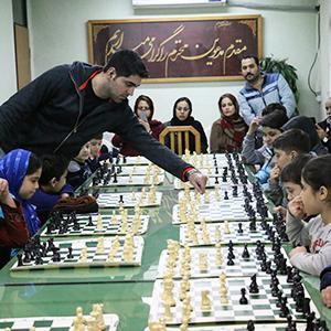 خمام - رقابت همزمان استادبزرگ امیررضا پوررمضانعلی با ۲۰ شطرنجباز خمامی