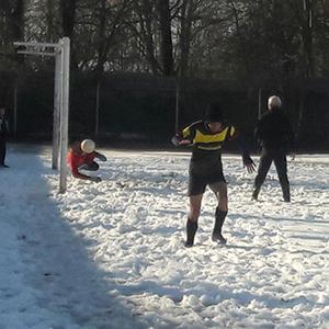 خمام - تمرین فوتبال تیم نوجوانان شهرداری خمام در زمین پوشیده از برف