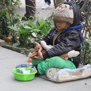 خمام - تصویری دلخراش از تکدیگری یک کودک در آستانه نوروز