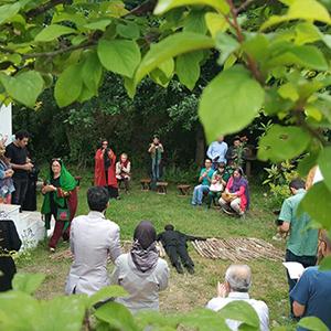 خمام - پرفورمنس «وِین» با موضوع حفاظت از جنگلها در نگارخانه کوچه باغ برگزار شد