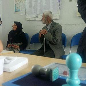 خمام - تصویری از حضور یک زوج ۱۰۰ ساله در حوزه انتخاباتی روستای اشمنانطالم
