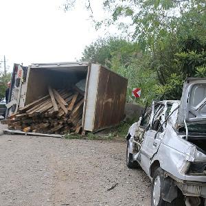 خمام - انحراف کامیونت موجب واژگونی و برخورد با ۳ خودروی دیگر شد