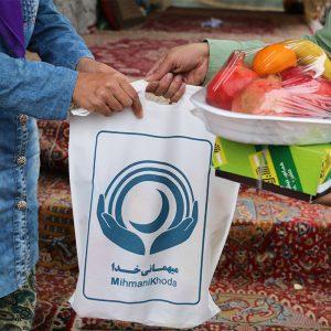 خمام - اهدای بستههای کالا به نیازمندان در جشن یلدا