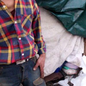 خمام - عدم چاره اندیشی برای کارتن خواب خمامی موجب شده به داشتن سرپناهی در محل انباشت زبالهها رضایت دهد!