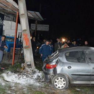خمام - انحراف خودروی پژو ۲۰۶ از جاده موجب برخورد با یک مغازه، خودروی پارک شده و تیربرق شد