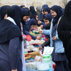 خمام - بازارچه کارآفرینی دانشآموزی در دبیرستان دخترانه دهخدا برگزار شد