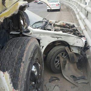 خمام - وقوع حادثه تصادف خودروی پژو پارس با کامیون بر روی پل غیرهمسطح