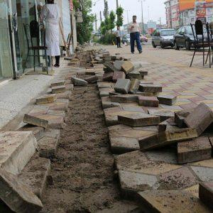 خمام - برچیدن بخشیاز کاشیهای جدید پیادهرو به بهانهی عبور کابل