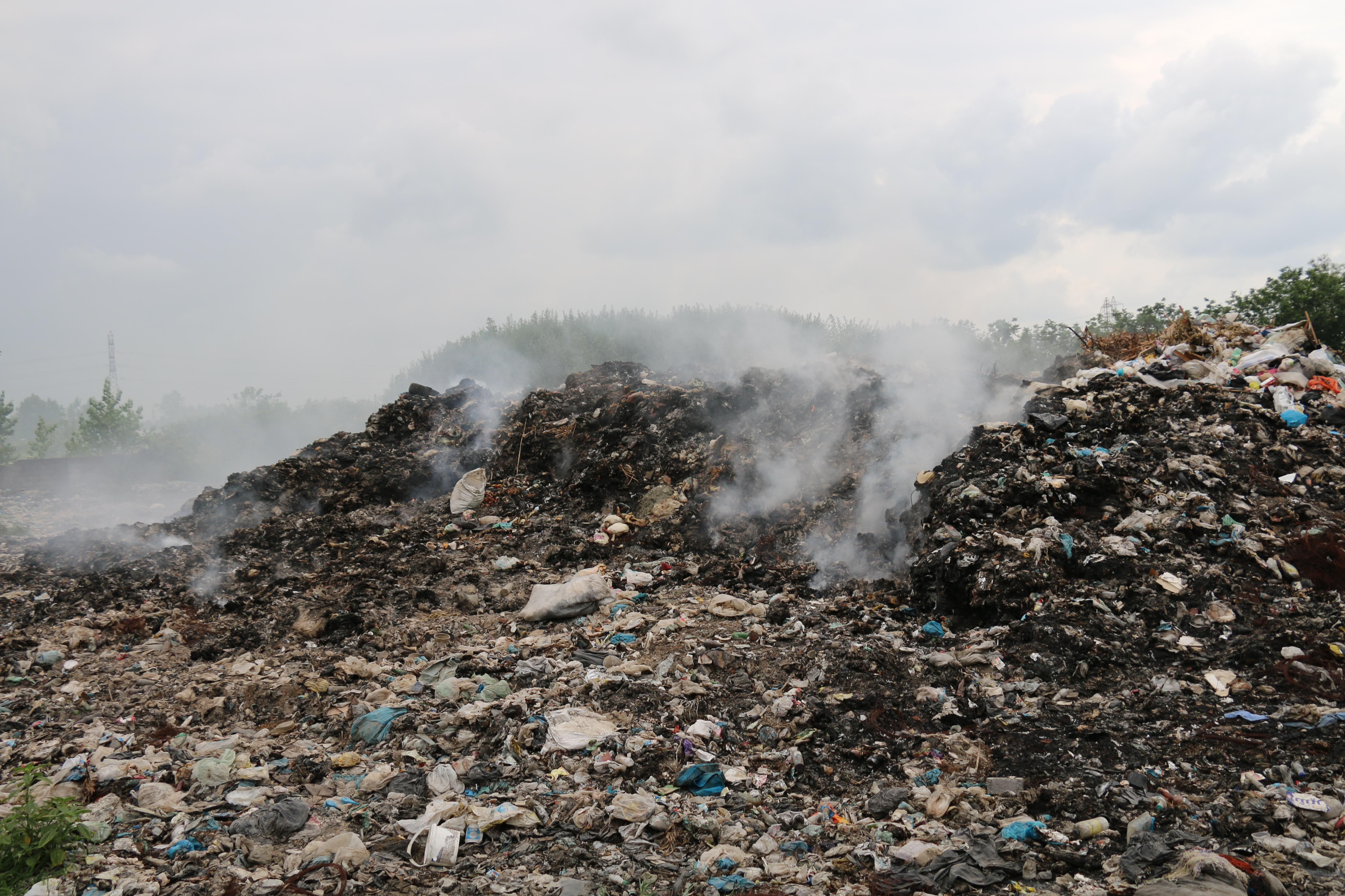 گلایهی مردم از انباشت، دفن غیربهداشتی و سوزاندن زباله در خواچکین