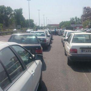 خمام - پخش شایعهای در خصوص کمبود بنزین موجب هجوم خودروها به پمپ بنزینها گردید / مشکل سوخترسانی به جایگاهها بهزودی مرتفع میگردد