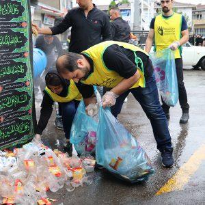 خمام - زبالههای بهجا مانده از مراسم روز عاشورا با مشارکت شهروندان جمعآوری شد