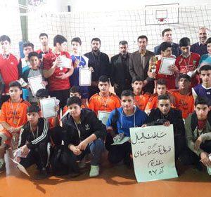 خمام - تیم امام حسین (ع) به قهرمانی مسابقات والیبال آموزشگاههای پسرانه بخش خمام دست یافت