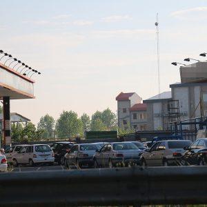 انتشار خبر سهمیهبندی و افزایش قیمت بنزین موجب هجوم خودروها به جایگاههای سوخت شد
