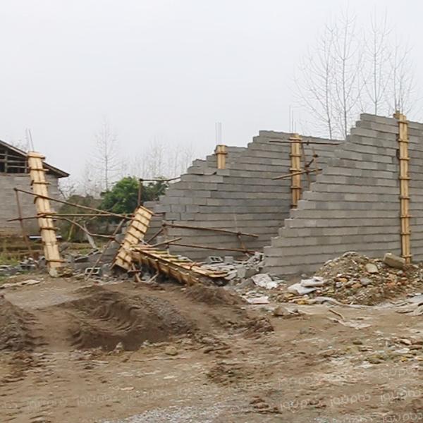 تعدادی مغازه در روستای مرزدشت تخریب شد
