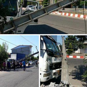 خمام - برخورد کامیونت با تیر، برق مناطقیاز شهر را قطع کرد