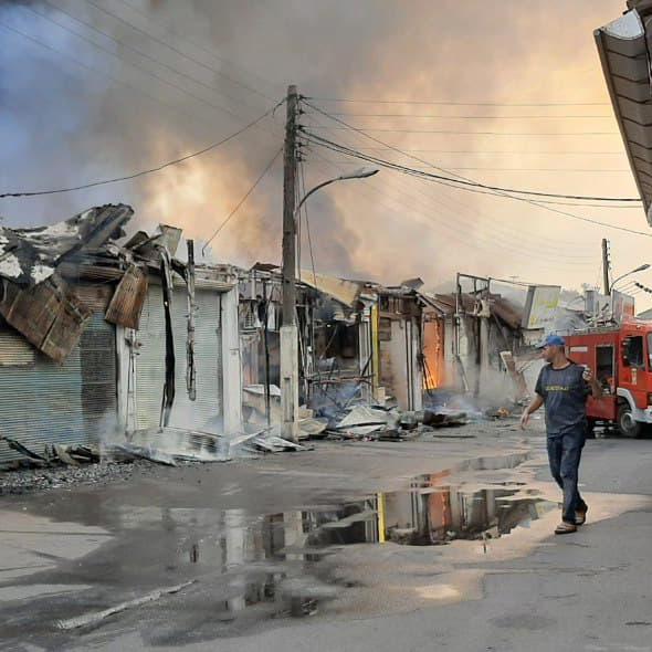 ۱۵ باب مغازه در مرکز شهر در آتش سوخت